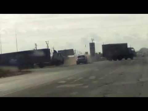 Джип проскочил между грузовиками на буксире